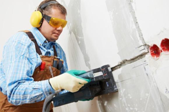 Чтобы установить скрытую розетку в стене с начало высверливают отверстие с помощью коронки