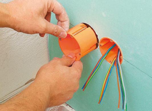 Установка и крепление розетки проходит аналогичным способом, как в гипсокартонной перегородке.