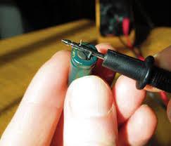 Разряд конденсатора щупом от мультиметра