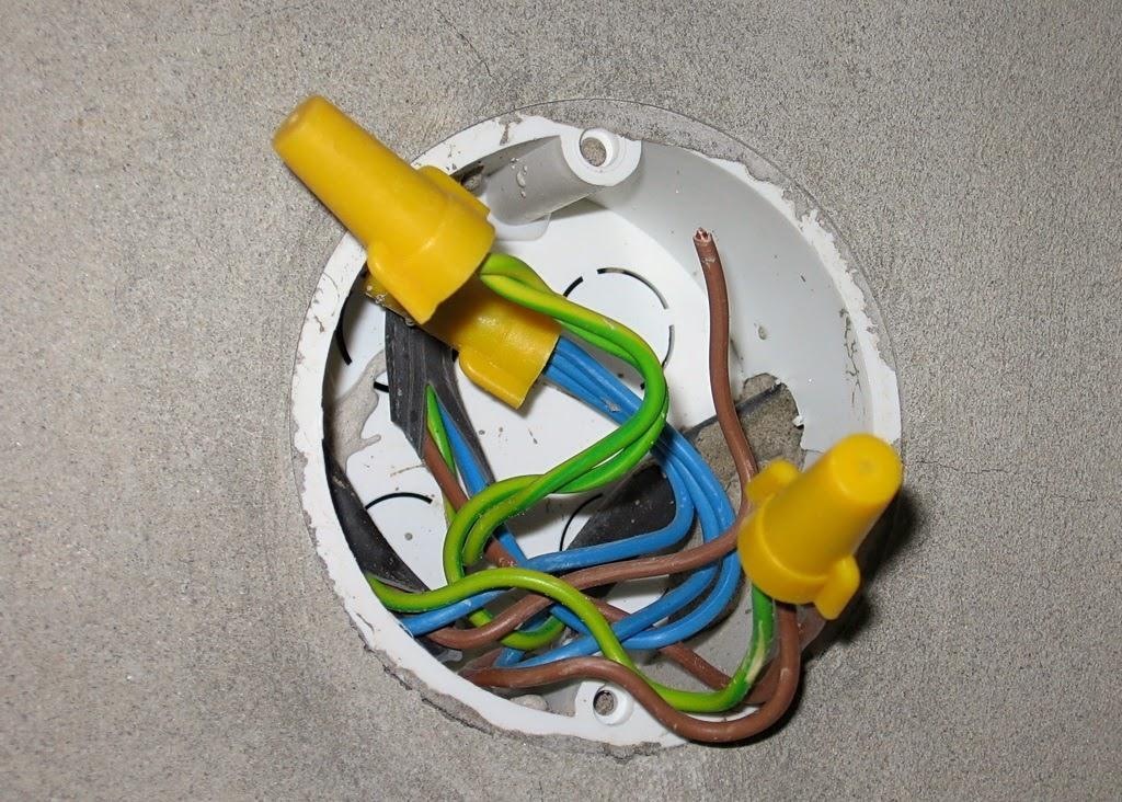 Соединение проводов в коробке с использованием колпачков СИЗ