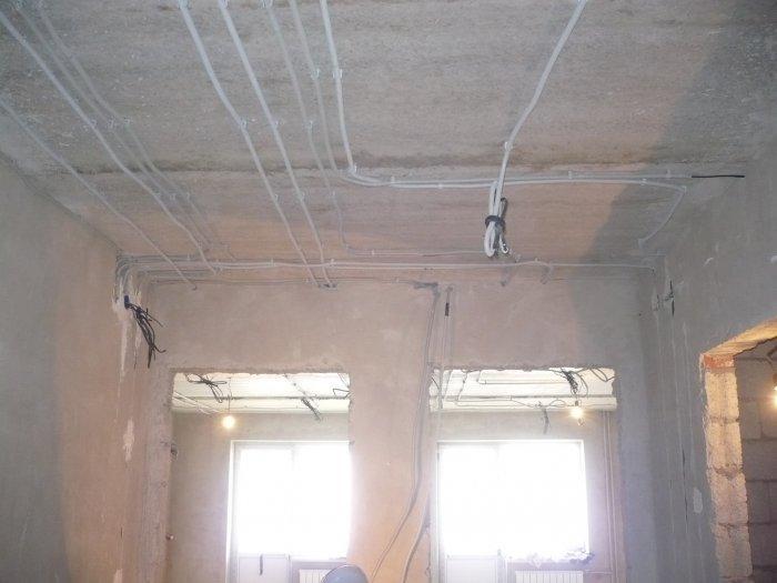 Прокладка кабелей под потолком