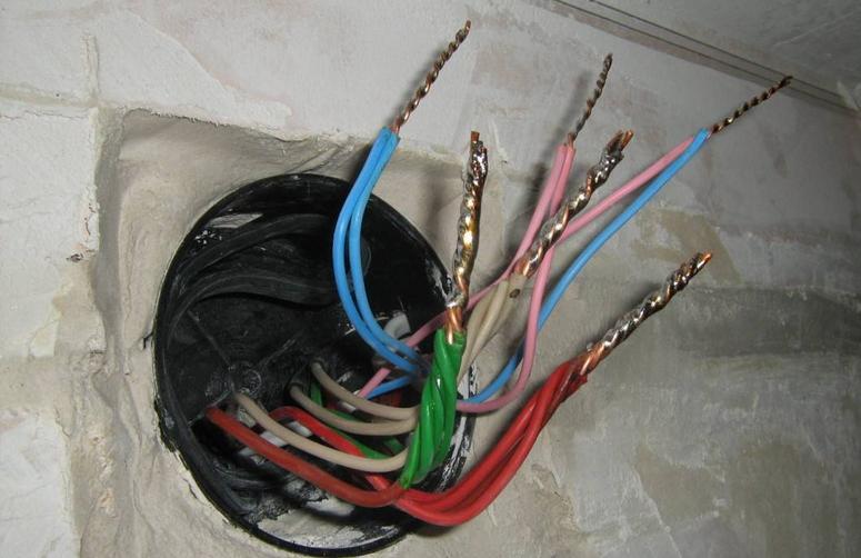 Соединение проводов в коробке пайкой