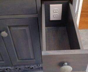 Встроенная розетка в выдвижном ящике шкафа