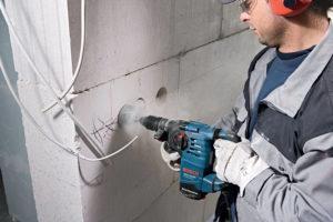 Сверление отверстий для подрозетникоа в пенобетонной стене