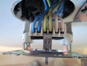 Подключение розетки к проводам в подрозетнике