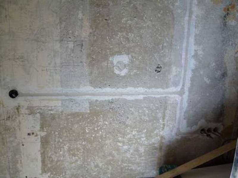Видимые следы на стене от укладки скрытой электрической проводки