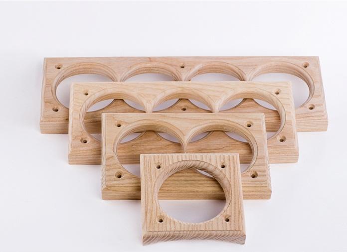 Для декора на деревянных стенах используют подложки на подрозетники