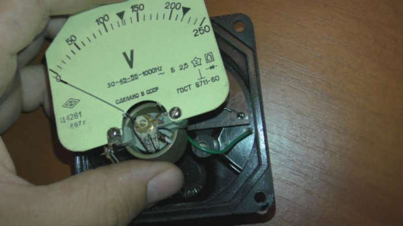 Изображение смещения стрелки и винта, с помощью которого она регулируется