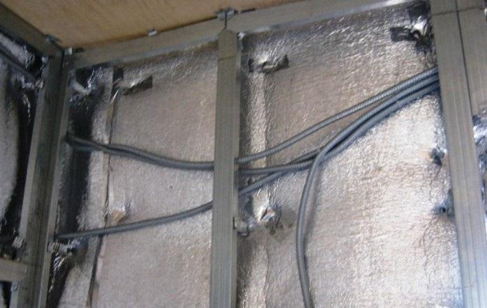 Провода в перегородке из гипсокартона могут быть уложены под разными углами