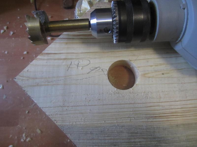 Деревянные подрозетники для наружной проводки используются редко
