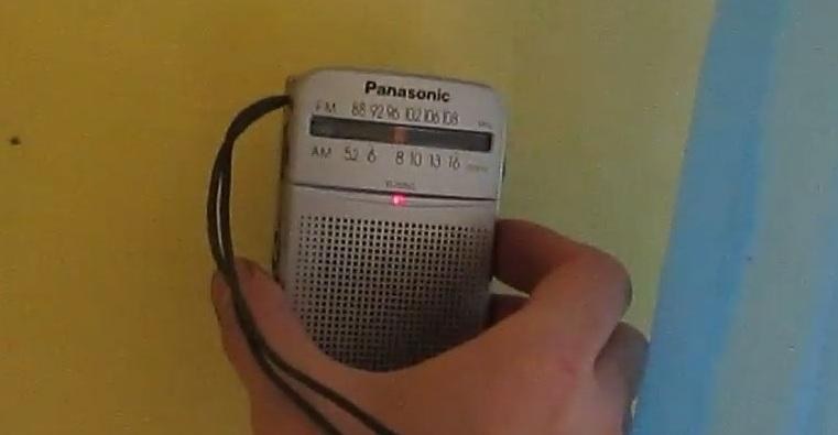Найти расположение проводки в стене можно с помощью радиоприемника