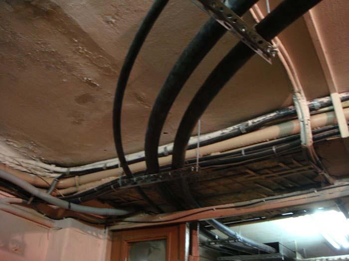 Прокладка силового кабеля в помещении под потолком