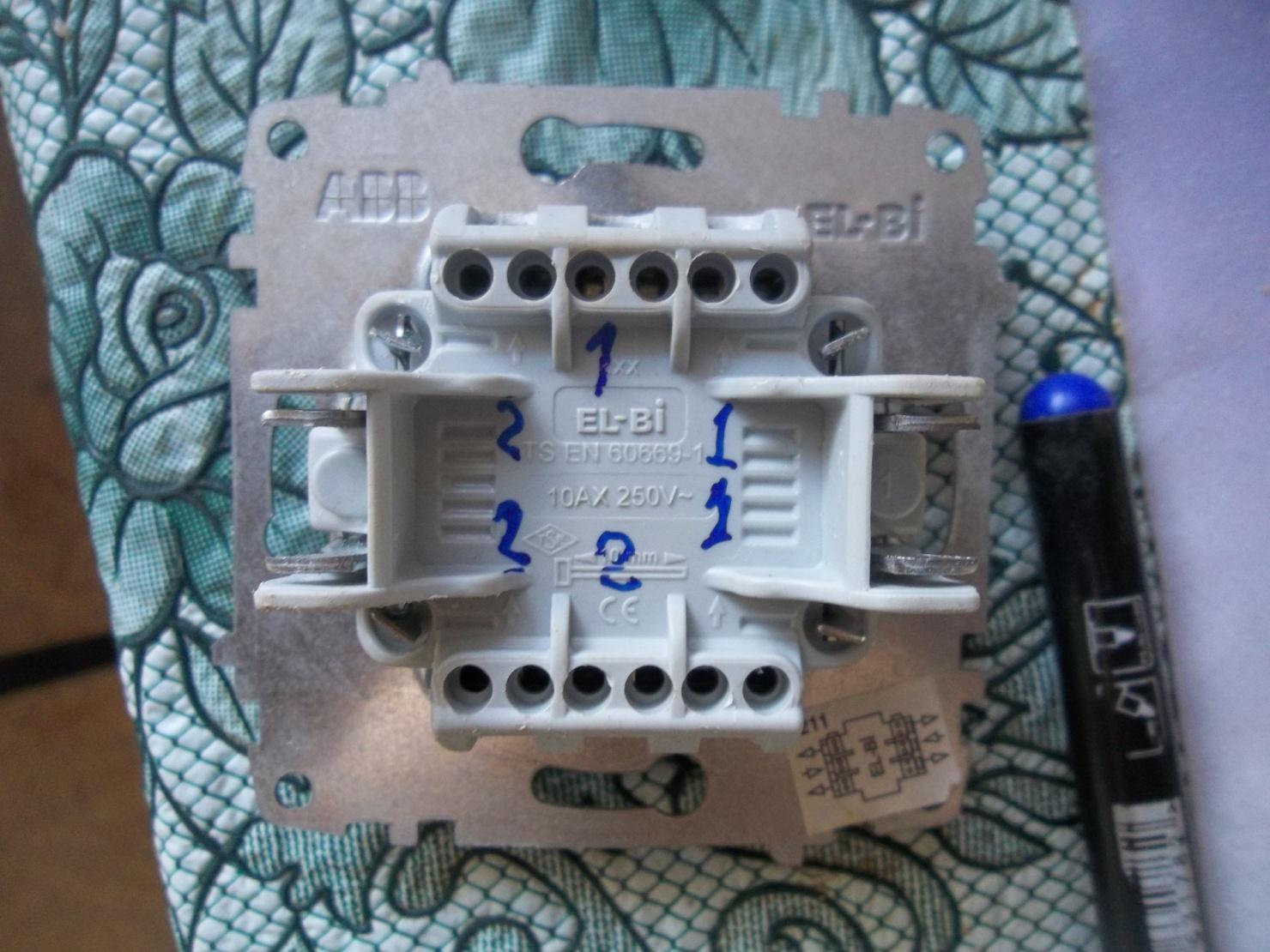 Перед установкой двойного проходного переключателя не лишним будет пометить назначение клемм и проводков