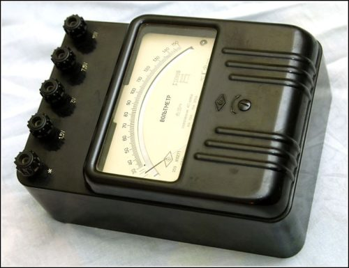 Вольтметр электромеханического типа со шкалой измерения напряжений до 150 В