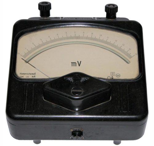 Милливольтметр внешне похож на вольтметр, но диапазон измерений значительно ниже