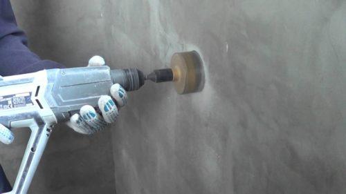 Процесс сверления отверстия в бетонных стенах