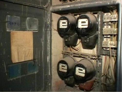 Установленные в этажном щитке измерительные счетчики дискового типа советского производства