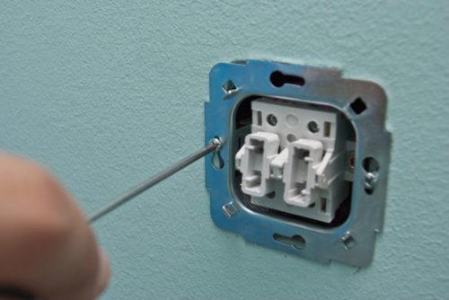 Крепление выключателя в гнезде после ремонта производится с помощью отвертки