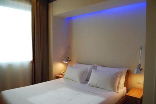 Внешний вид спальни с розетками над прикроватными тумбами
