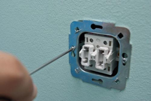 Фиксирование рамки в отверстии осуществляется при помощи шурупов и отвертки
