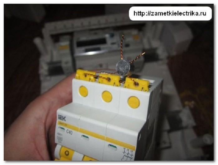 Для надежности установленные заглушки в модульном блоке автоматов соединяются петлей из лески или проволоки и пломбируют любой пломбой подходящей конструкции данного вида.