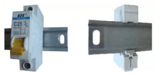 Для закрепления на рейке на корпусе приборов имеется специальный зажим