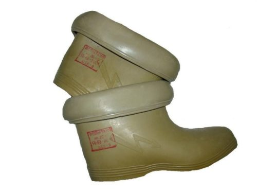 Для защиты от поражения электротоком при работе в условиях повышенной влажности следует использовать резиновые боты