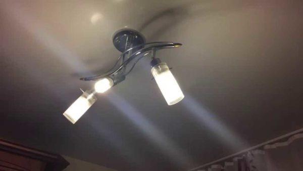 Люстры на несколько ламп не теряют своей популярности при установке в гостиных и других комнатах