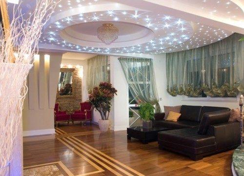 Вариант украшения домашнего интерьера потолочными точечными светильниками в большой гостиной