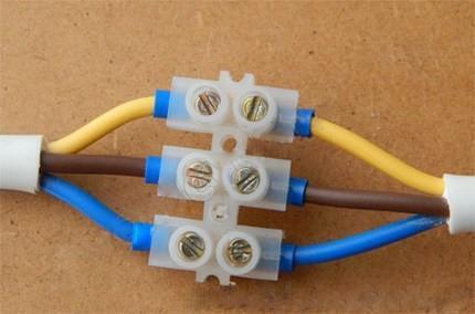 Соединение проводов при помощи клеммной колодки также надежно и безопасно