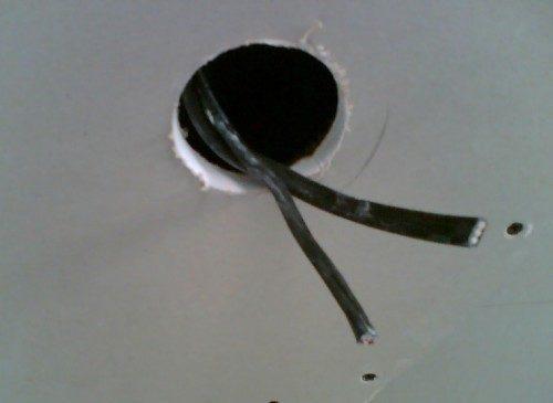 Устройство отверстий для установки и пропуска проводов рекомендуется выполнять при помощи корончатого сверла